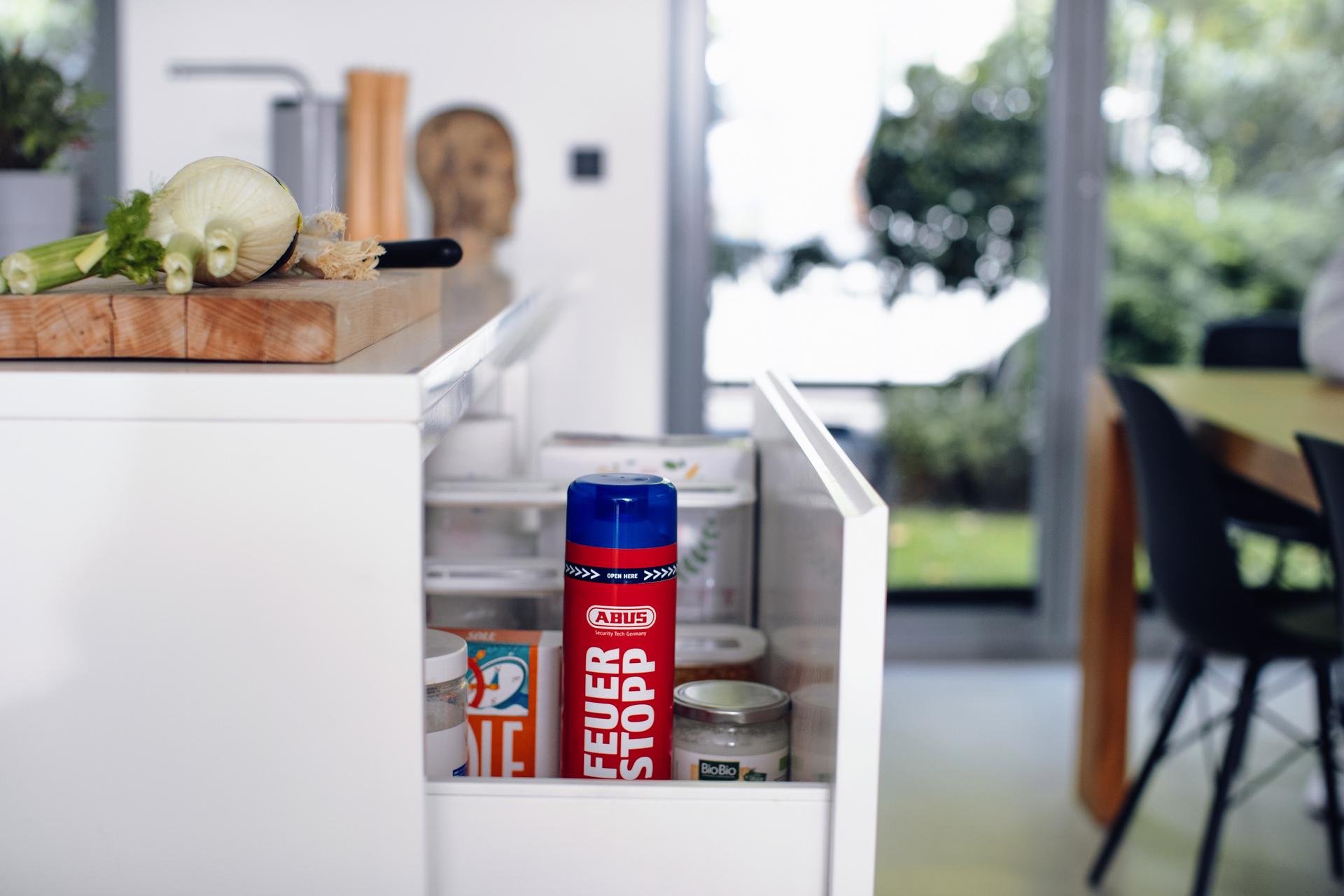 Anwendungsbeispiel – Feuerlöschspray Feuerstopp griffbereit in der Küche