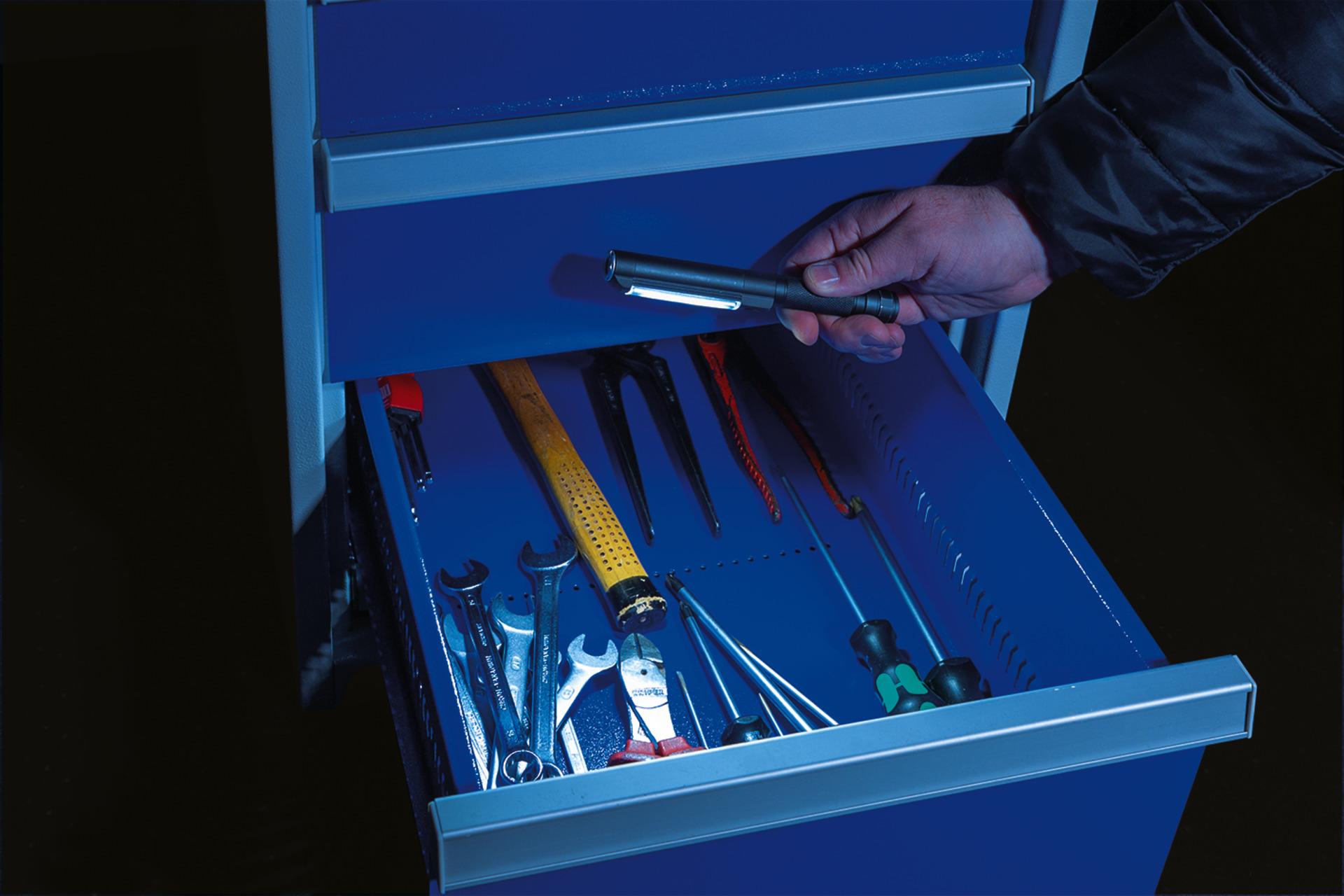 Anwendungsbeispiel - Stiftlampe TL-500 beim Arbeiten