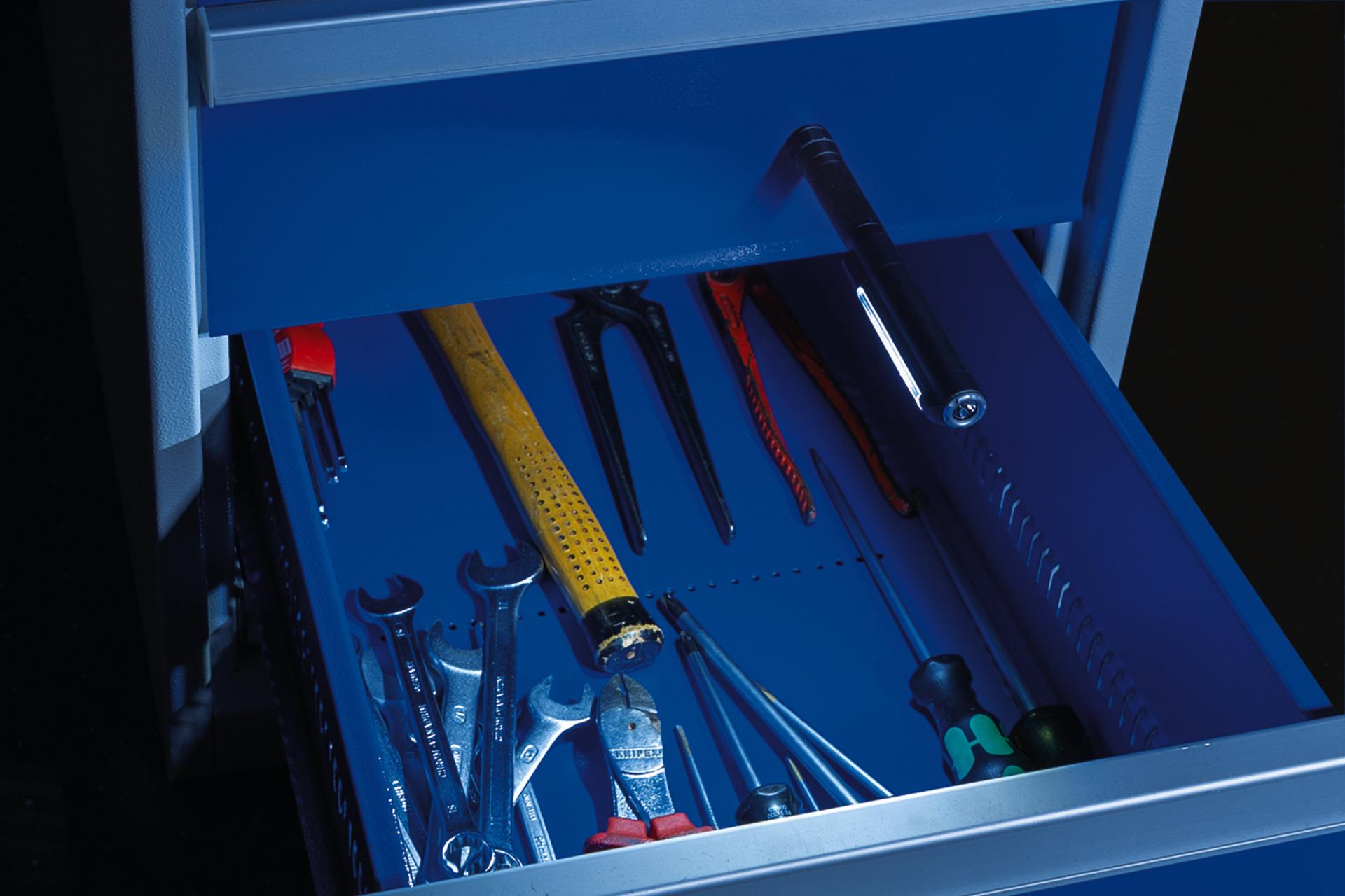 Anwendungsbeispiel - Stiftlampe TL-500 mit Magnetfuß am Werkzeugschrank