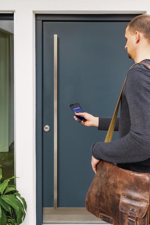 Der HomeTec Pro Bluetooth®-Türschlossantrieb kann per App ganz einfach betätigt werden