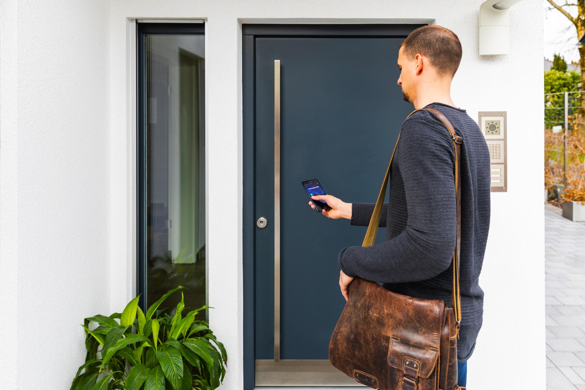 Neben Fingerscanner, Tastatur und Fernbedieung kann der HomeTec Pro Bluetooth®-Türschlossantrieb auch einfach per App betätigt werden