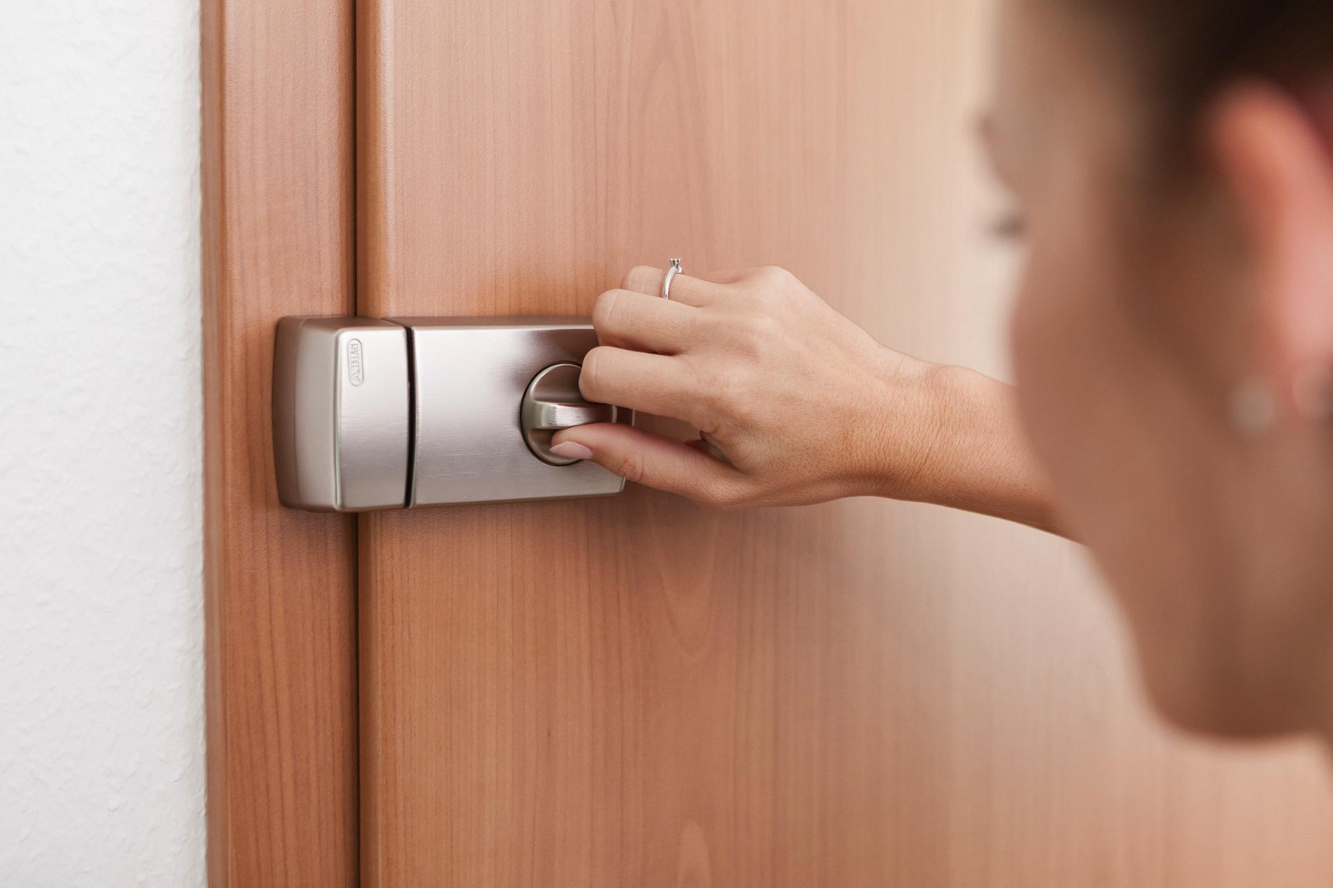 Tür-Zusatzschloss 2110 an der Innenseite der Tür