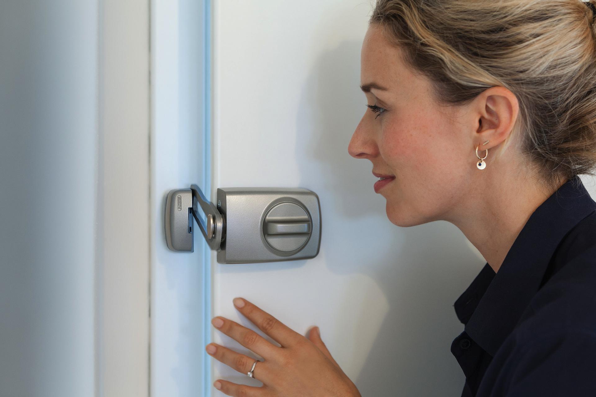 Tür-Zusatzschloss 7030 an der Innenseite der Tür