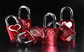 ABUS bietet mit dem Love Lock 72 das passende Schloss für diesen romantischen Brauch © ABUS