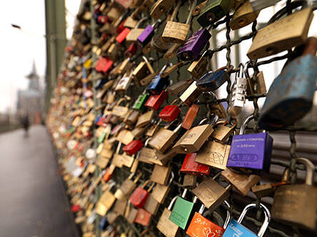 Nach Schätzungen hängen an der Kölner Hohenzollernbrücke mittlerweile über 200.000 Liebesschlösser © ABUS