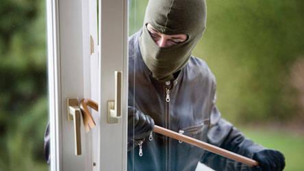 Einbrecher hebelt Fenster auf © fotolia.com / Gina Sanders