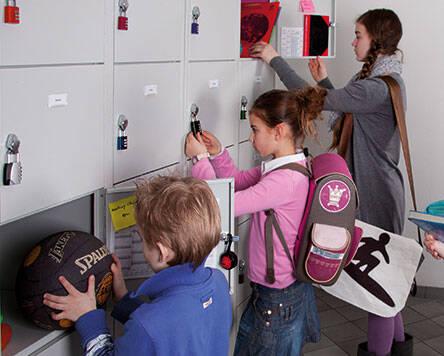 Das ABUS Zahlenschloss 145 eignet sich perfekt für Spinde in Schulen. © ABUS