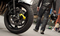 Bremsscheibenschlösser sind für viele motorisierte Zweiräder eine praktische Lösung. Sie sind sehr kompakt, leicht und damit einfach zu transportieren.